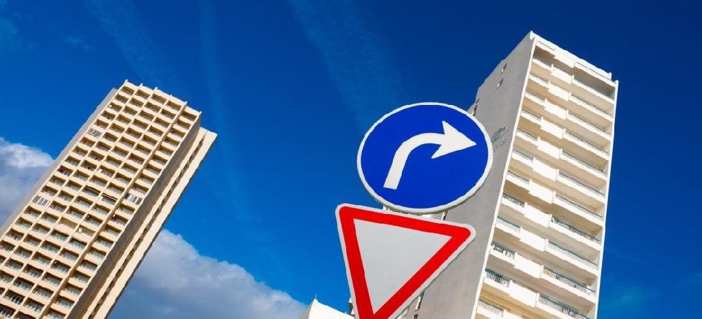 Vorfahrtsregeln missachtet: Ist ein Gutachter bei Unfall ratsam?